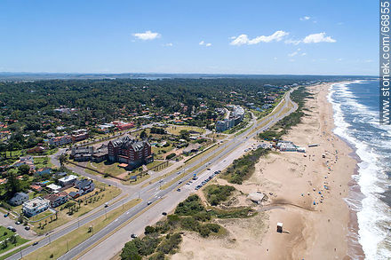 Aerial photo of Lorenzo Batlle Pacheco promenade, Brava beach to the east - Photos of promenades - Punta del Este and its near resorts - URUGUAY. Image #66855