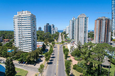 Aerial view of Roosevelt Avenue to the south - More photos of Punta del Este - Punta del Este and its near resorts - URUGUAY. Image #67199