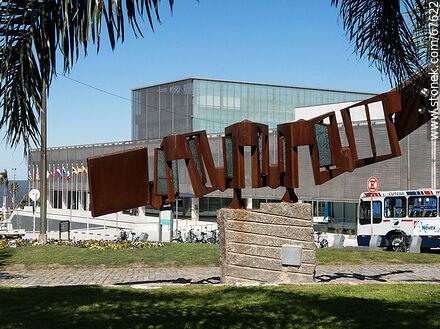 Sculpture in homage to La Cumparsita - Photos of Plaza Independencia - Department and city of Montevideo - URUGUAY. Image #67622