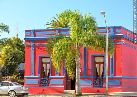 House painted red and indigo - Photos of the city of Aigua - Department of Maldonado - URUGUAY. Image #67986