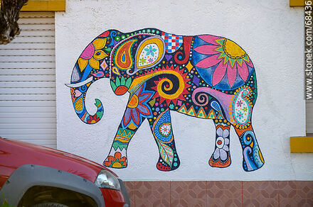 Colorful elephants painted on the front of a house - Fotos en 25 de Agosto - Department of Florida - URUGUAY. Image #68436