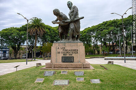 Square. To the founders of Colonia Suiza - Photos of Nueva Helvecia - Department of Colonia - URUGUAY. Image #69592