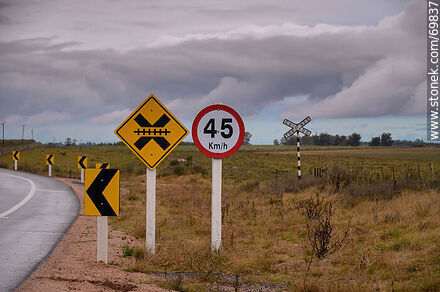 Route 7. Railroad crossing - Variety of photos of the department of Florida - Department of Florida - URUGUAY. Image #69837