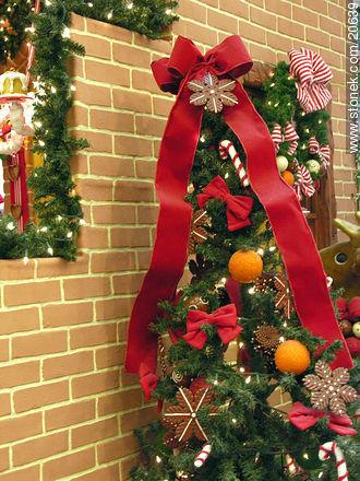 rbol y ventana con adornos de navidad stonek fotograf a
