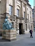 The statue of philosopher David Hume was by Sandy Stoddart. High Court Building (Sheriff Court) on the Royal Mile. - Foto #49105