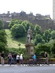 Foto #49162 - Edinburgh Castle atop Castle Rock. Allan Ramsay's Statue at Princess Garden.