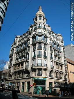 San Felipe y Santiago building at 18 de Julio and Yaguarón Streets - Photos of downtown - Department and city of Montevideo - URUGUAY. Image #3882
