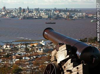 Cannon pointing to Downtown Montevideo. - Photos of Cerro quarter - Department and city of Montevideo - URUGUAY. Image #3257