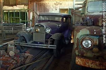 Ols cars in a hut - Photos of the Uruguayan Countryside - URUGUAY. Image #6555