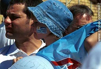 Expectative - Photos of the Match Uruguay - Australia 2002 - URUGUAY. Image #1482
