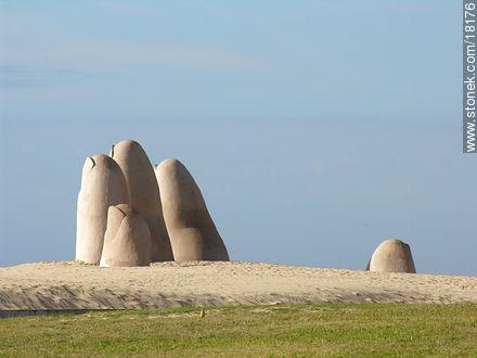La Mano at Playa Brava in Punta del Este - Photographs of beaches of Punta del Este - Punta del Este and its near resorts - URUGUAY. Image #18176