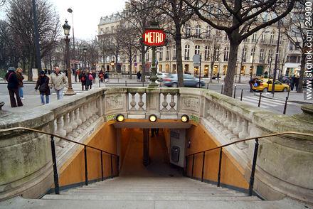 - Photos of Champs Elysées  Avenue and the Ard du Triomphe - Paris - FRANCE. Image #24990