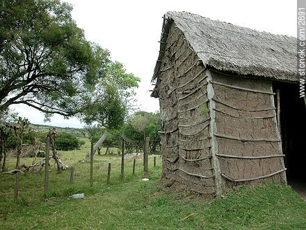 House recreation of XVIII century. *Tapera*. *Rancho*. - Photos of San Miguel fortress - Department of Rocha - URUGUAY. Image #2691