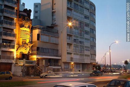 Victoria de Samotracia in Pittamiglio castle.  Mahatma Gandhi promenade. - Photos of Pocitos quarter - Department and city of Montevideo - URUGUAY. Image #5000