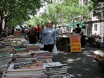 Old books and magazines. - Photos of the Market Fair in Tristan Narvaja street - Department and city of Montevideo - URUGUAY. Image #2788